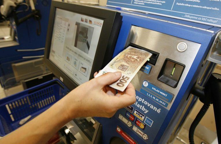 Samoobslužné pokladny preferují především nakupující do 24 let a uživatelé bezkontaktních karet