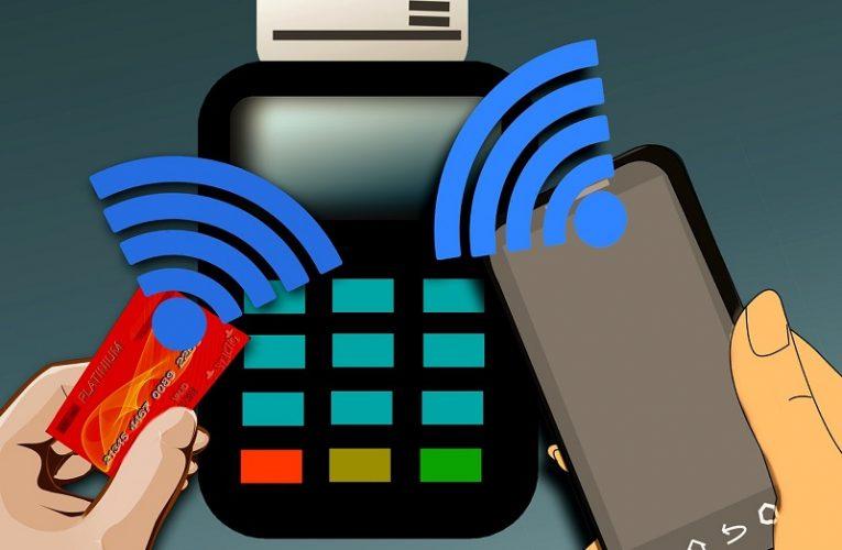 Bezkontatní platební karty využívá většina, platební nálepky mají lidé výjimečně