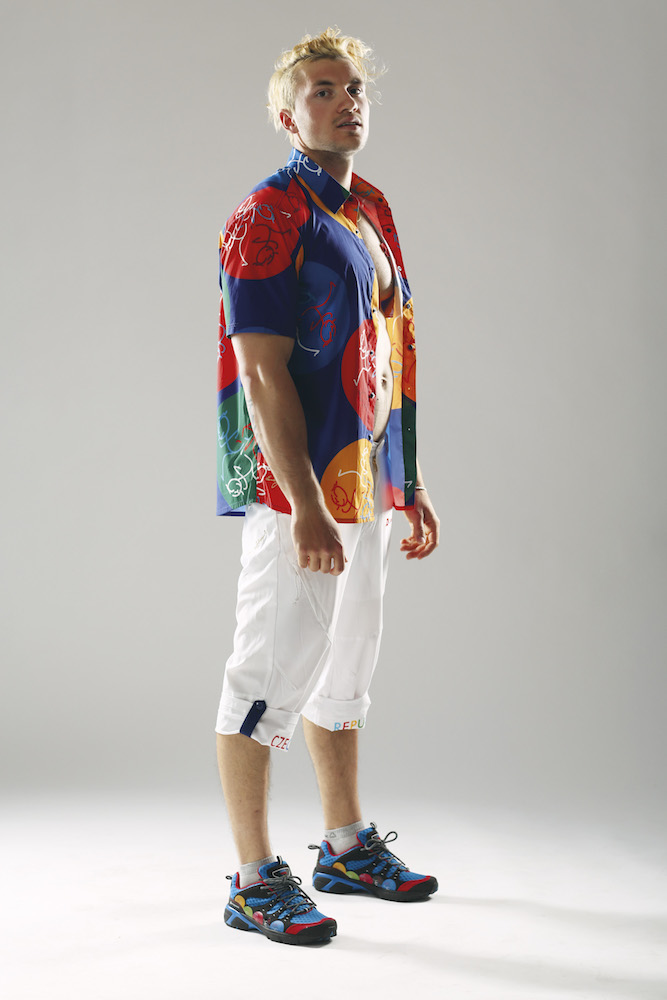 0a2a8f3b938 Kolekce celkem čítá 20 kusů dámského a 20 kusů pánského oblečení. Pánská je  více laděna do modra a dámská do červena. Dámy mají navíc v kolekci bílou  sukni ...