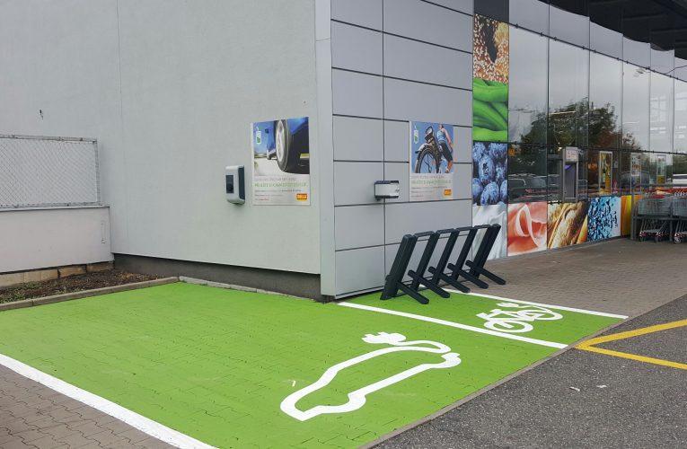 BILLA jako první supermarket zákazníkům nabízí dobíjecí stanice pro elektromobily i elektrokola