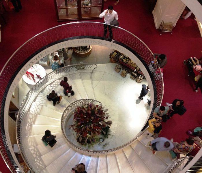 Jaké inovace pro své zákazníky připravily londýnské obchodní domy? Díl 2. – Fortnum & Mason a Harvey Nichols