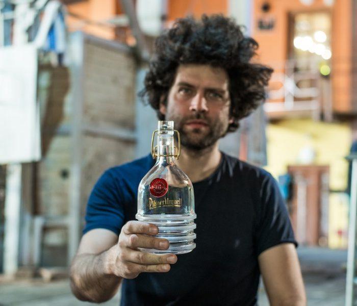 Pátá charitativní dražba unikátních pivních lahví Pilsner Urquell přinesla vozíčkářům rekordních 1,17 milionů korun