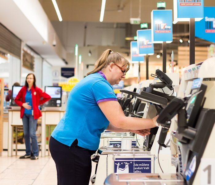 Tesco vyplatí speciální bonusy zaměstnancům vprvní linii na obchodech a distribučním centru