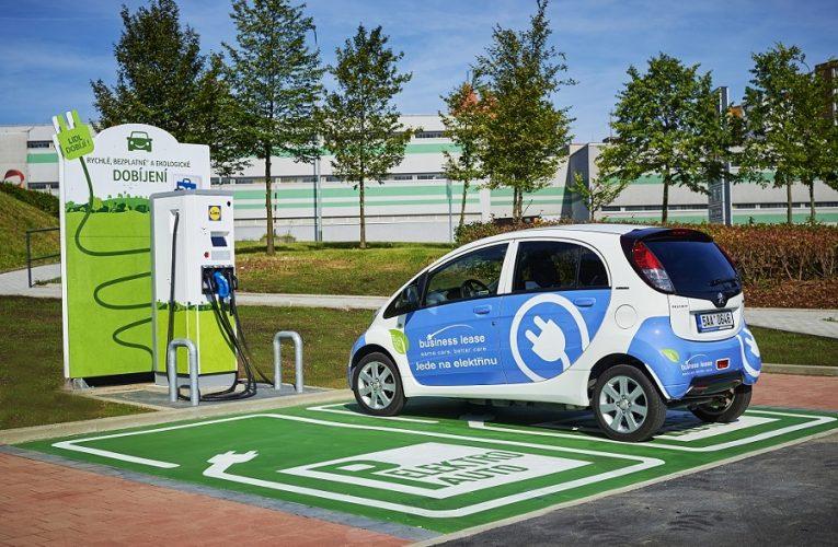 Lidl začíná instalovat rychlonabíjecí stanice pro elektromobily u svých prodejen