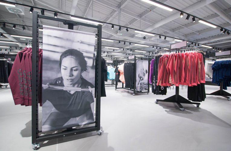 Outletové centrum Freeport představuje prodejnu Adidas v industriálním stylu
