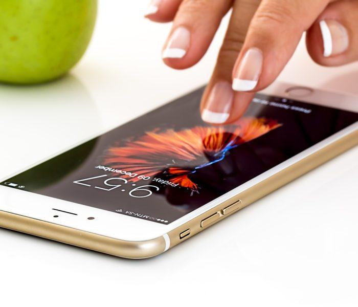 Celosvětová průměrná prodejní cena chytrých telefonů zaznamenala ve čtvrtém čtvrtletí rekordní meziroční růst