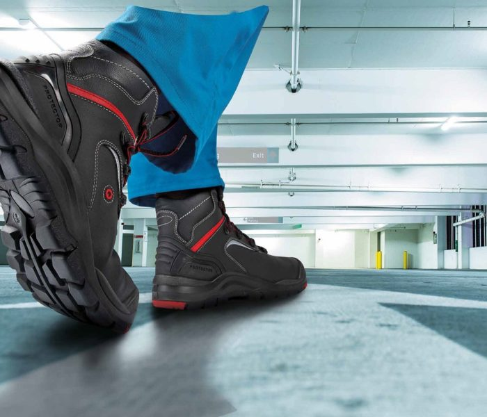 Dělníci nachodí ročně 900 kilometrů v nevhodné pracovní obuvi