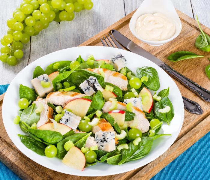 Osvěžte se letními saláty s kuřecím masem