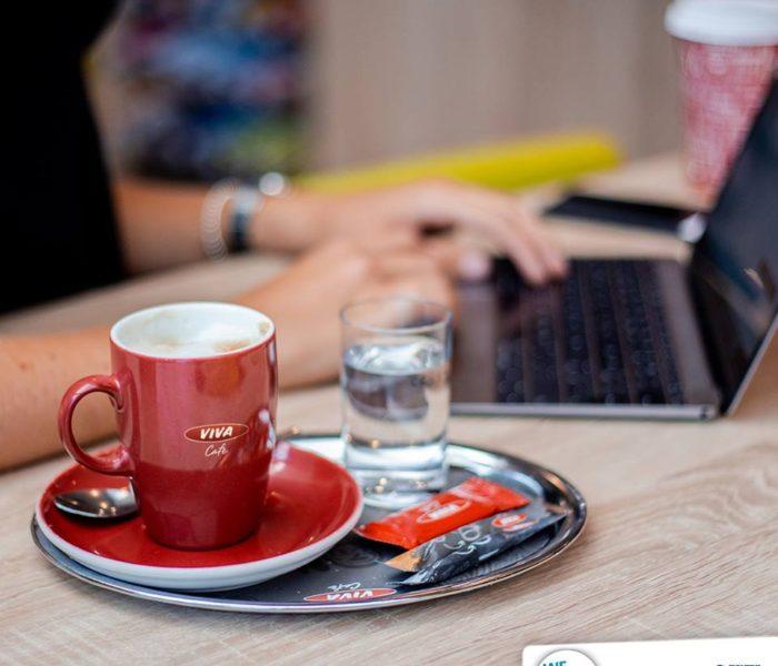 Zákazníci OMV si mohou od října vychutnat čerstvou kávu z opakovaně použitelných porcelánových hrnků