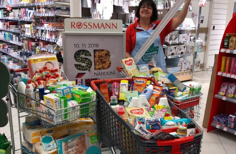 Zákazníci prodejen ROSSMANN darovali v rámci Národní potravinové sbírky přes 1,3 tuny drogistického i potravinářského zboží