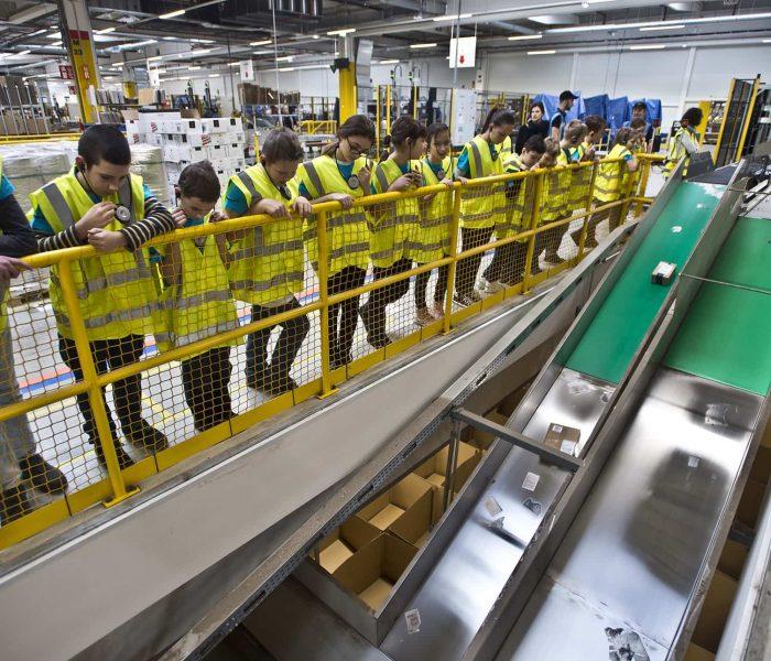 Amazon rozšiřuje program prohlídek českého distribučního centra na dvě denně