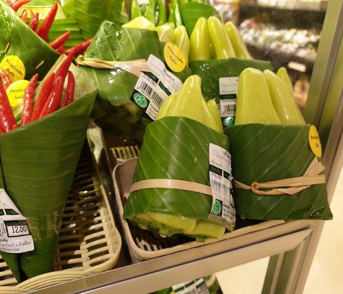 Thajský supermarket Rimping používá inovativní balení potravin pomocí banánových listů