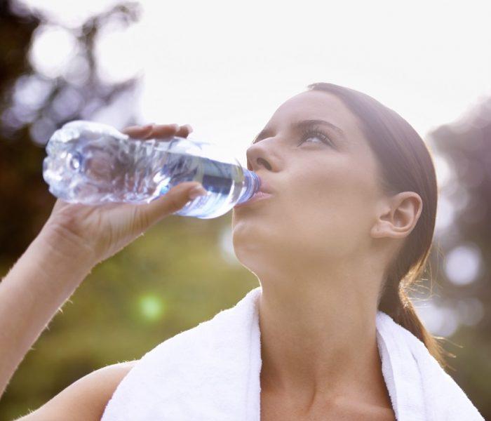 95 procent českých domácností si v roce 2018 zakoupilo balenou vodu