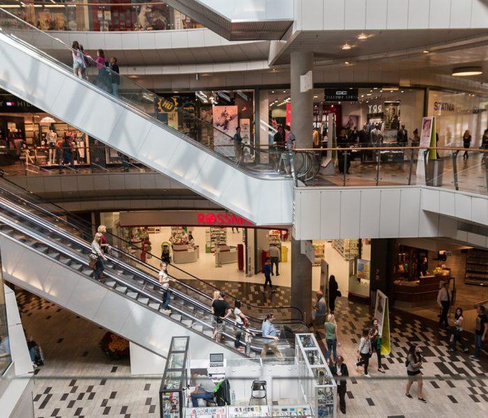 Jaké jsou servisní poplatky v shopping centrech a platby spojené s užíváním jednotky?