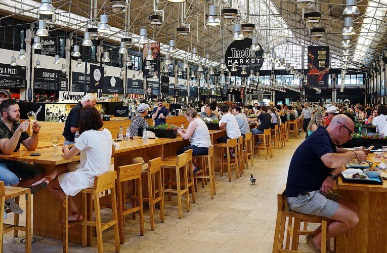 Tři čtvrtiny Čechů si rezervují stůl v restauracích, většina telefonicky