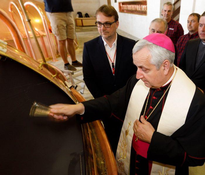 Biskup českobudějovický požehnal zvláštní várku světlého ležáku pivovaru Budějovický Budvar