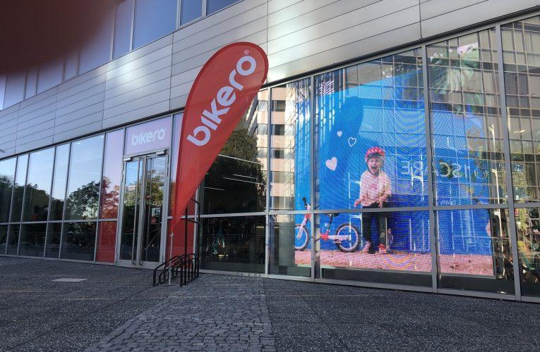 Revoluce v retailové komunikaci – první instalace transparentního video LED panelu v Bikero.cz
