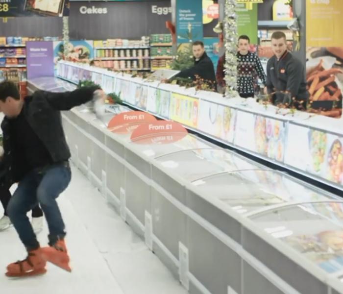 Před minulými Vánocemi naistaloval britský řetězec Iceland ve svém supermarketu kluziště