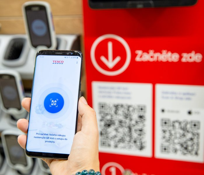 Už ve 45 obchodech Tesco se dá nakupovat a platit mobilem