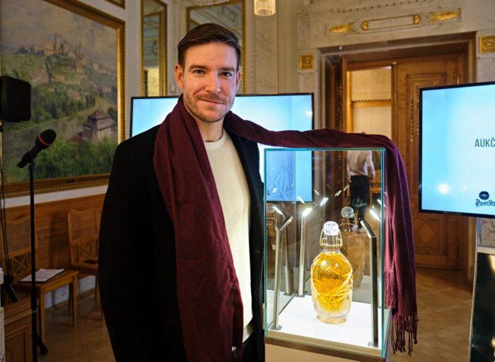 Charitativní aukční lahve Pilsner Urquell pro Centrum Paraple oslavují třicet let svobody