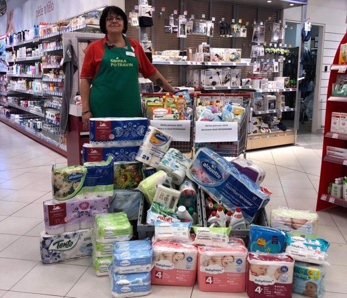 ROSSMANN v rámci sbírky potravin a drogerie daroval  více než 1,2 tuny zboží pro potřebné