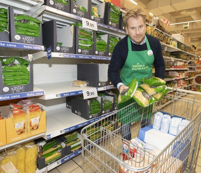 Během sobotní Sbírky potravin darovali zákazníci Tesco 97 tun zboží