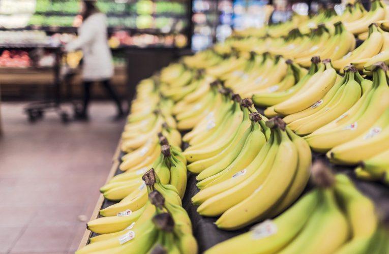 V roce 1989 Češi vydělávali na kilo banánů 55 minut, letos jim stačí 7 minut