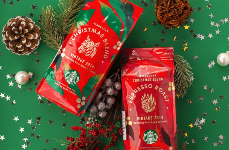Limitovaná nabídka zrnkové kávy Christmas Blend v provozovnách Starbucks