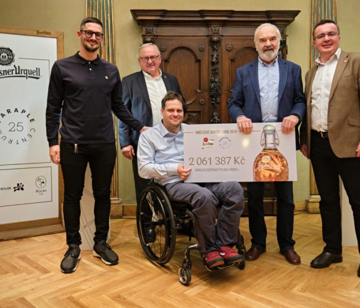 Centrum Paraple převzalo šek z charitativní aukce uměleckých pivních lahví Pilsner Urquell