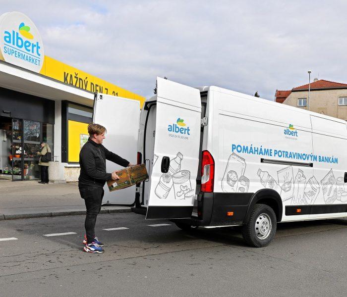 Albert daruje potravinové bance dodávku s chladicí vestavbou