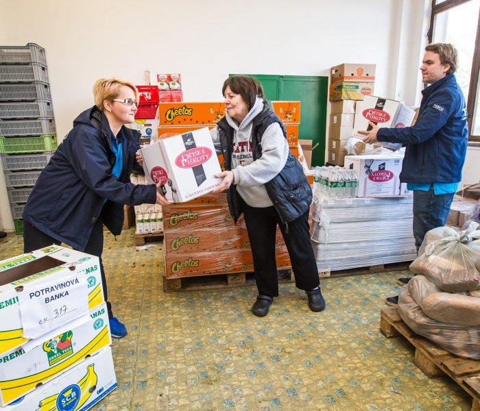 Tesco už daruje potraviny ze všech 190 obchodů