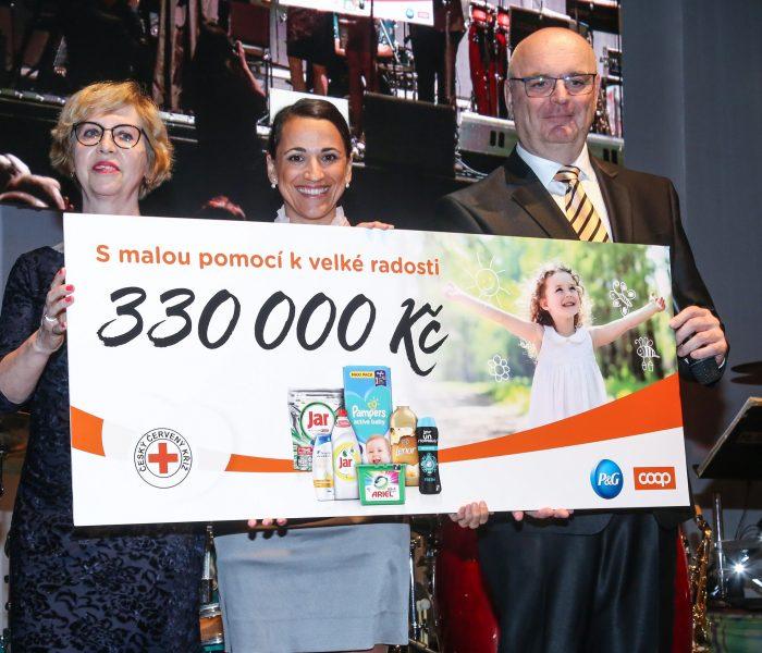 Procter & Gamble a COOP věnovali Českému červenému kříži 330000 Kč