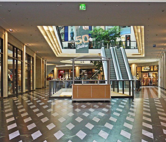 V maloobchodu se část prodejů přesunula do online prostředí a stoupá zájem o nakupování vnákupních parcích