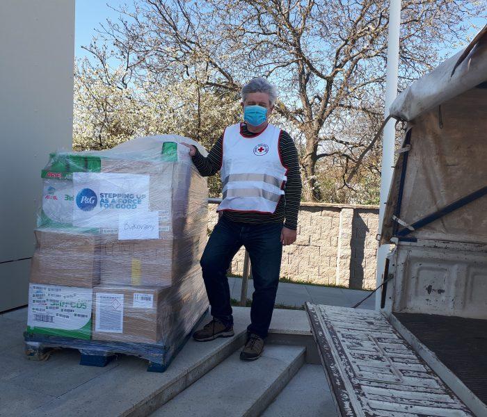 Procter & Gamble věnoval více než 100000 produktů na zlepšení situace seniorů vdomovech Českého červeného kříže