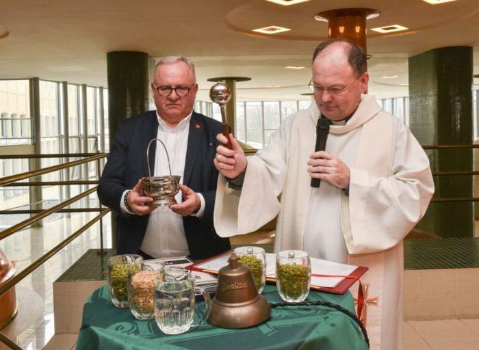 Plzeňské biskupství vydraží jubilejní desátou várku Pilsner Urquell původně určenou papeži
