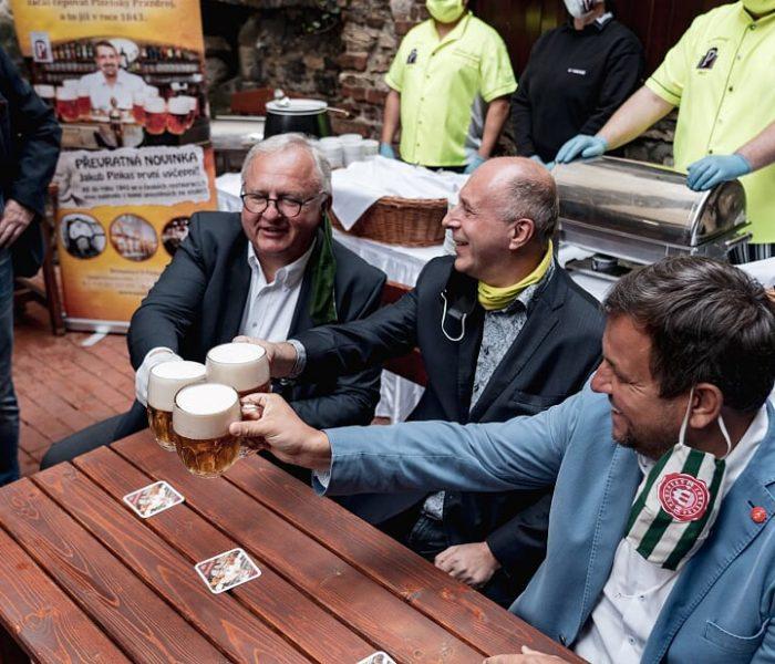 U Pinkasů přivítali štamgasty na zahrádce plzeňským pivem zdarma