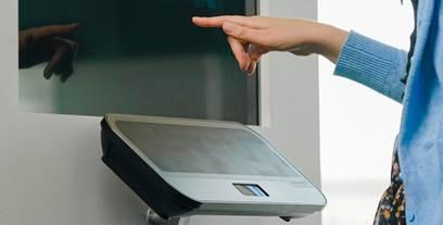"""Výrobci audiovizuálních technologií urychlují vývoj nástrojů pro """"Touchless Retail"""""""