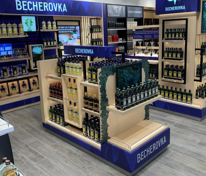 Becherovka shop-in-shop oslovuje pasažéry Letiště Václava Havla acílí na jejich smysly