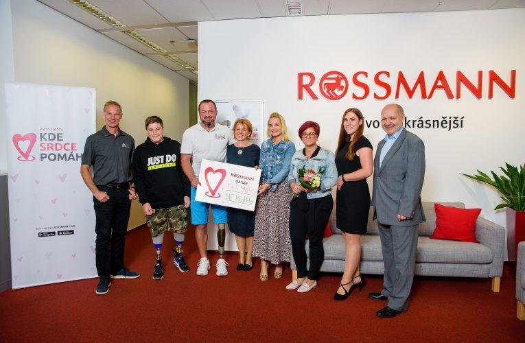 ROSSMANN předal jeden milion korun, který zákazníci společně rozdělili vprojektu KDE SRDCE POMÁHÁ