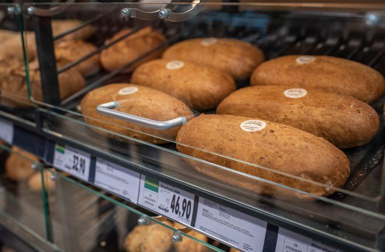 Kaufland zavedl ochranná plexiskla vúseku pečiva