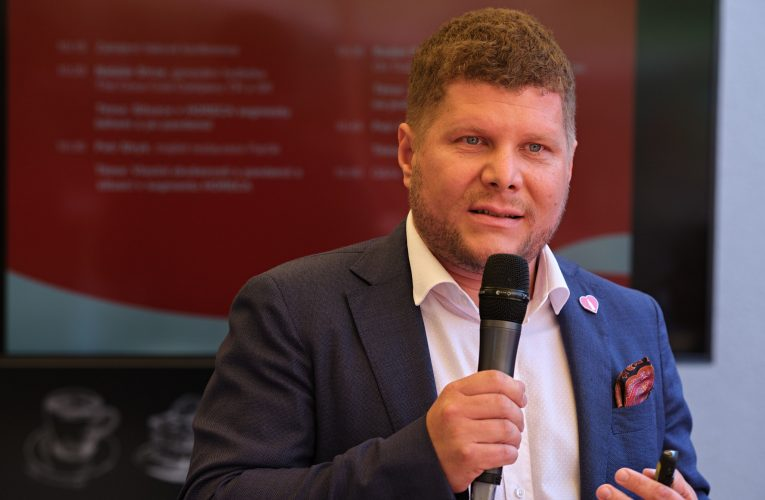 """Rozhovor měsíce 09/2020 """"Chceme podpořit hotely, kavárny a restaurace při obnovování jejich podnikatelských aktivit"""" říká Radim Panák z Coca-Cola HBC"""