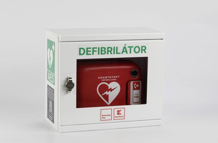 Kaufland přidává do sítě aplikace Záchranka 141 automatických defibrilátorů