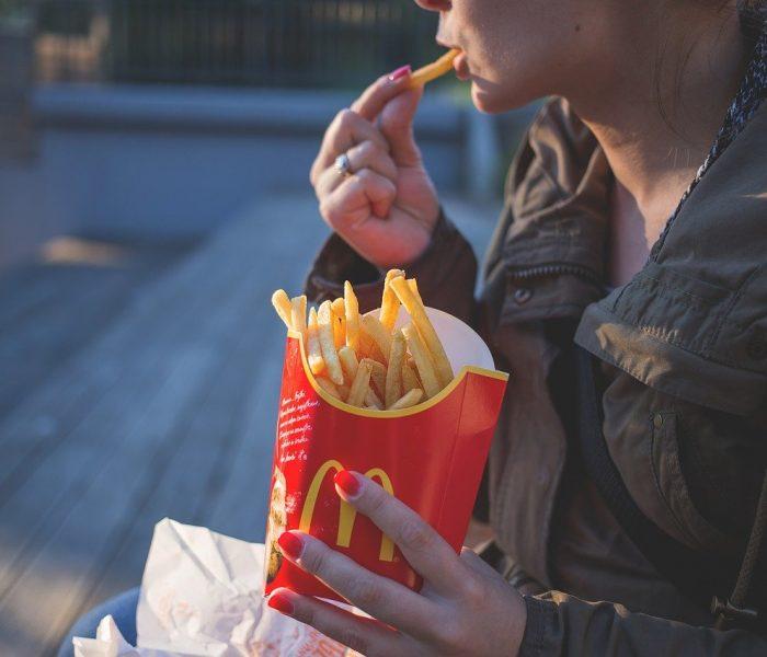 Ve fast foodu jí několikrát měsíčně čtvrtina Čechů