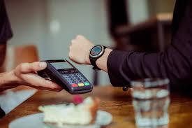 Zájem o platby mobilem či hodinkami strmě roste