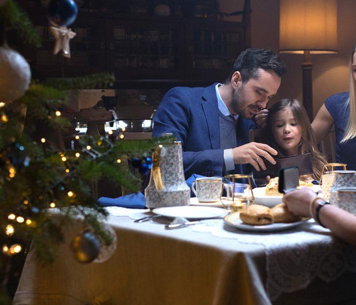 Visa svou vánoční kampaní radí lidem, aby za dárky platili bezkontaktně a online