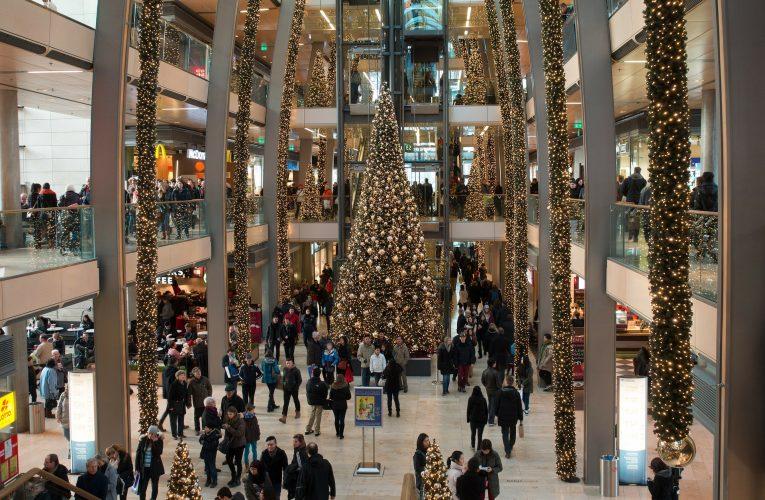 Čtyři z deseti Čechů plánují nakoupit vánoční dárky vobchodním centru nebo kamenné prodejně