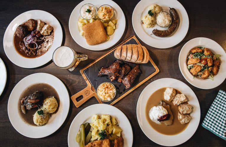 Lidé si navzdory okolnostem dopřáli jídlo z restaurací i na Silvestra a Nový rok