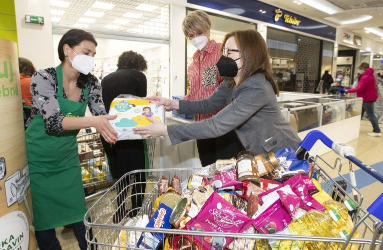 Zákazníci Tesco darovali dosud v jarní Sbírce potravin bezmála 66 tun potravin a drogerie v obchodech i online