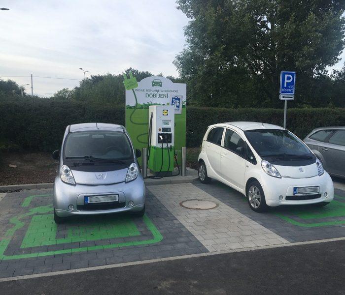Nabíjecí stanice pro elektromobily u Lidlu stále přibývají