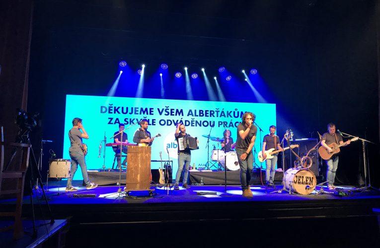 Albert děkoval svým 17 000 zaměstnancům koncertem
